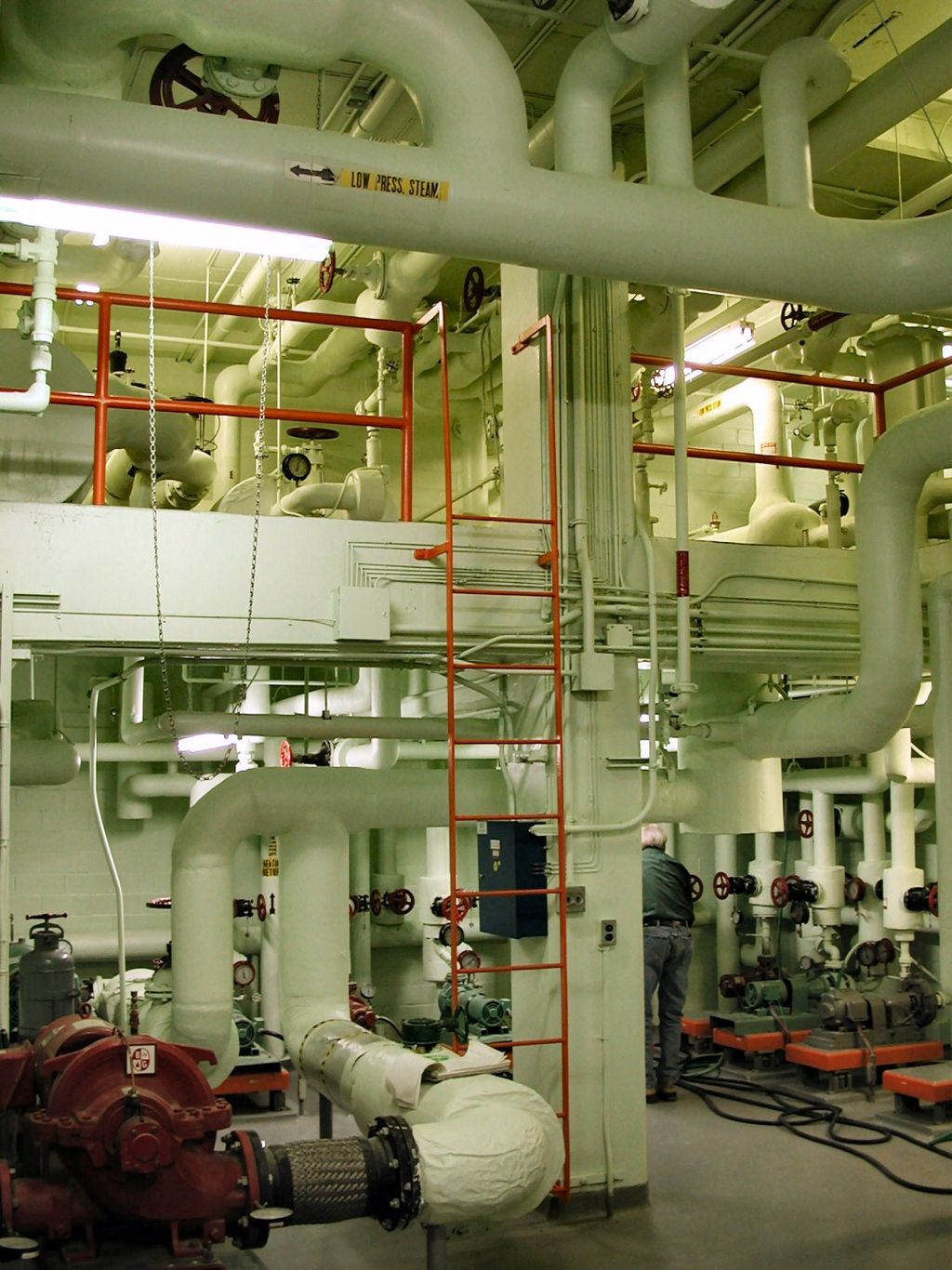 """""""Mechanical room"""" by Original uploader was P199 at en.wikipedia - Originally from en.wikipedia; description page is/was here.. Licensed under CC BY 2.5 via Wikimedia Commons."""